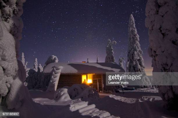 starry sky over riisitunturi wilderness hut, lapland, finland - leander licht stock-fotos und bilder