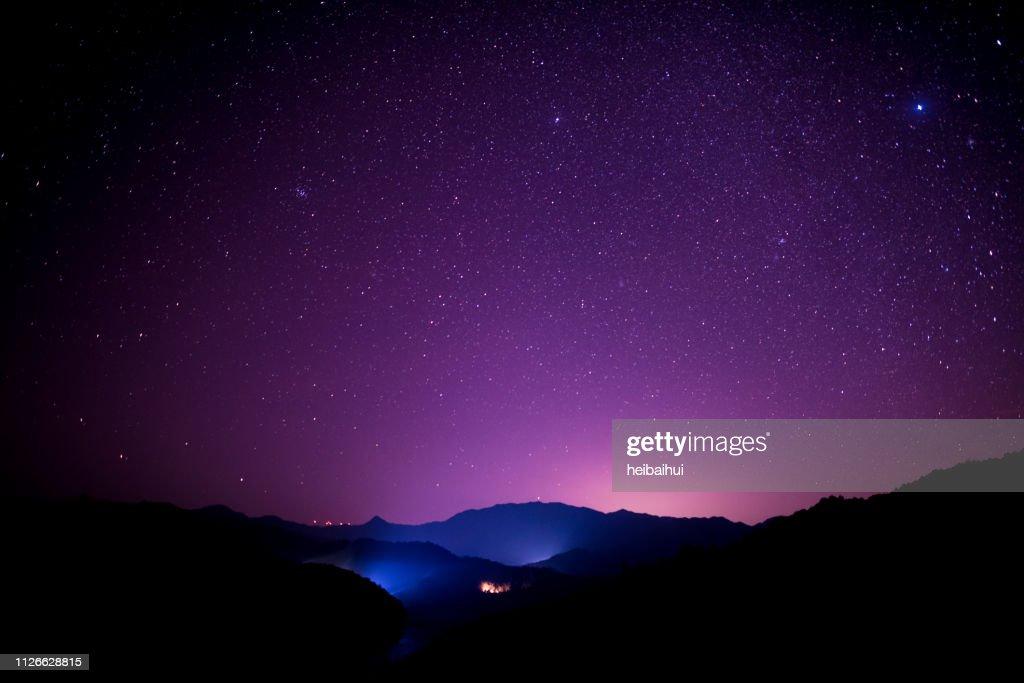Cena de céu estrelado no alto das montanhas, sul da China : Foto de stock