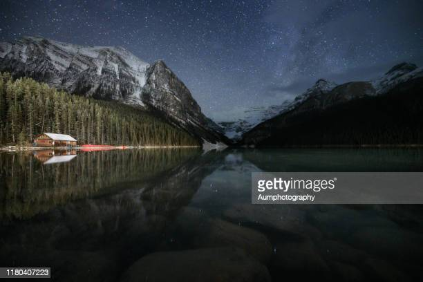 stars over lake louise, banff national park, canada - chateau lake louise - fotografias e filmes do acervo