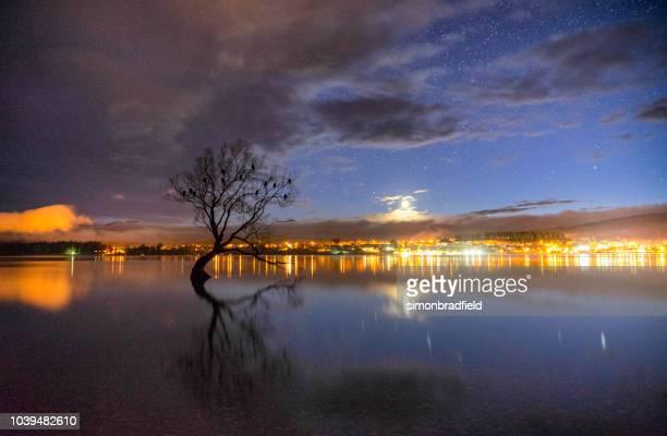 estrelas sobre lago wanaka na nova zelândia - lago wanaka - fotografias e filmes do acervo