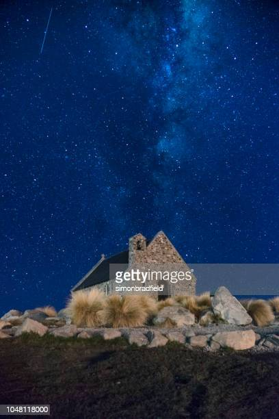 estrellas sobre la iglesia del buen pastor, lake tekapo - iglesia del buen pastor tekapo fotografías e imágenes de stock