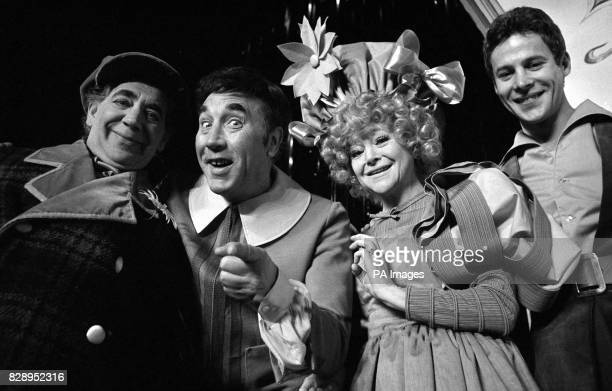 Stars rehearse at the London Palladium for Jack and the Beanstalk From right Alfie Bass Frankie Howerd Dora Bryan and Mark Wynter