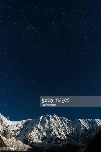 Sterne in den Nachthimmel direkt über Schnee im Mondschein-Gebirge