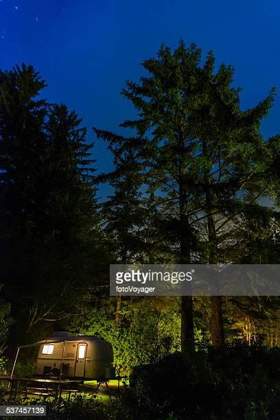 Stars scheint über beleuchtete trailer forest Campingplatz pazifischen Nordwesten der USA