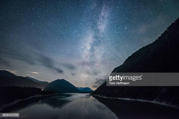 stars shining over lake sylvensteinspeicher - エウロパ ストックフォトと画像