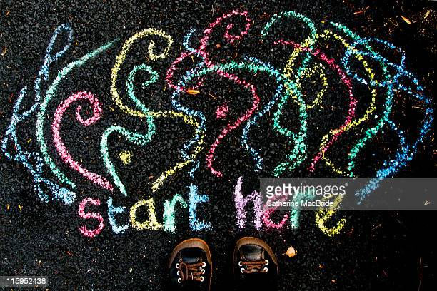 """start here"" drawn in chalk beside feet - catherine macbride fotografías e imágenes de stock"