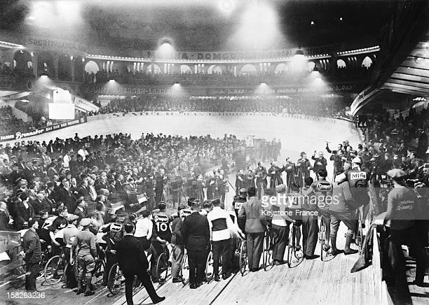 Start of the 20th cycling race the 'Six Days of Berlin' at the Sportpalast in 1928 in Berlin Germany