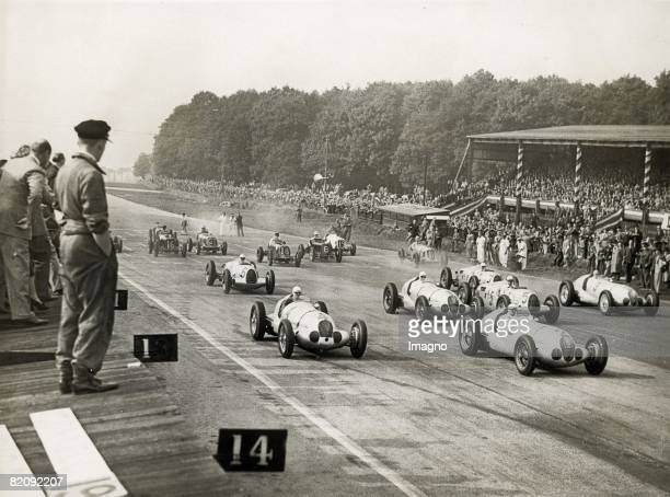 Start of the Donington Grand Prix at Donignton Park with 100 000 spectators watching Photograph England 10 1937 [Start des Donington Grand Prix den...