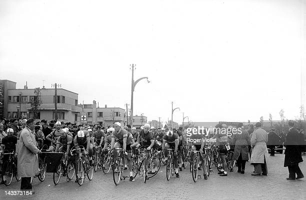 Start of the Tour of Europe cycle race, Le Bourget , on September 21, 1954.