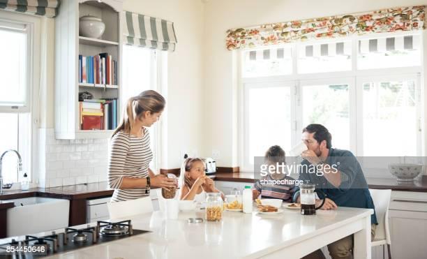 comece o dia de maneira especial, com a família - morning - fotografias e filmes do acervo