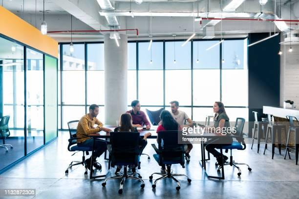start up meeting in de co-working office - nosotroscollection stockfoto's en -beelden