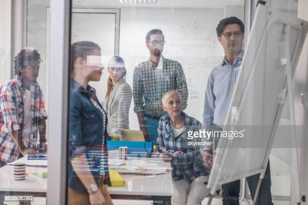 Démarrer l'équipe avoir une réunion du personnel au bureau et planification nouvelle stratégie d'affaires.
