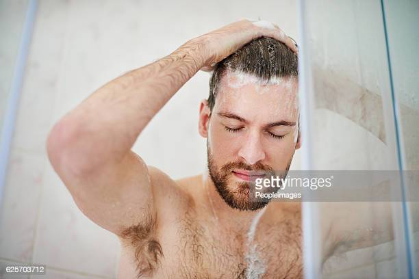 start your day on a refreshing note - homme sous la douche photos et images de collection