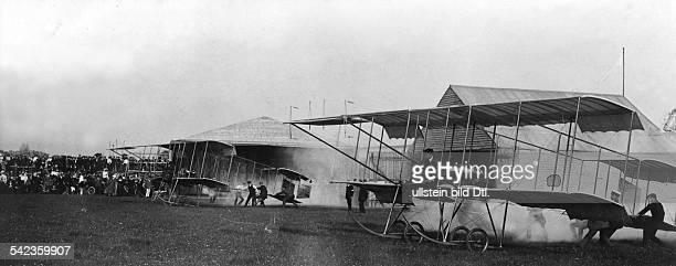 Start zum AeroplanRennen von Storehamnach BrightonAm Start Gilmour undMorrison 1911