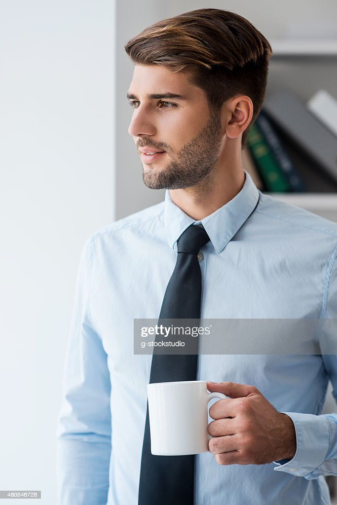 Comenzar el día con un café recién preparado. : Foto de stock