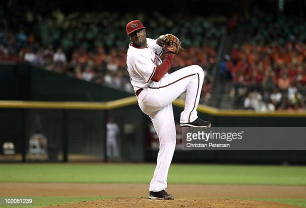 Starting pitcher Dontrelle Willis of the Arizona Diamondbacks pitches against the Atlanta Braves during the Major League Baseball game at Chase Field...