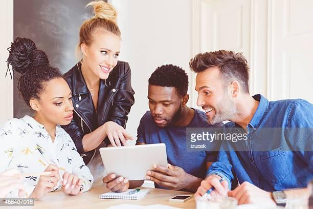 Commencez l'agence, multi ethniques équipe ensemble à l'aide de tablette numérique