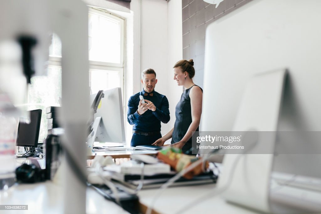 Startup Business Manager Talking To Employee : Stock-Foto