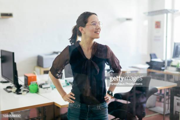 startup business office worker smiling - dreiviertelansicht stock-fotos und bilder