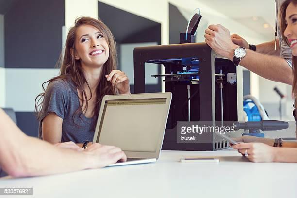Start-up Equipe de negócios, trabalhando no escritório 3D da impressora