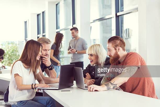 Start-up-team, die gemeinsam am Laptop