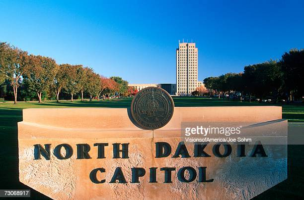 """state capitol of north dakota, bismarck"" - bismarck north dakota stock-fotos und bilder"