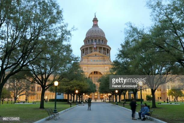 state capitol of texas at night - rainer grosskopf photos et images de collection