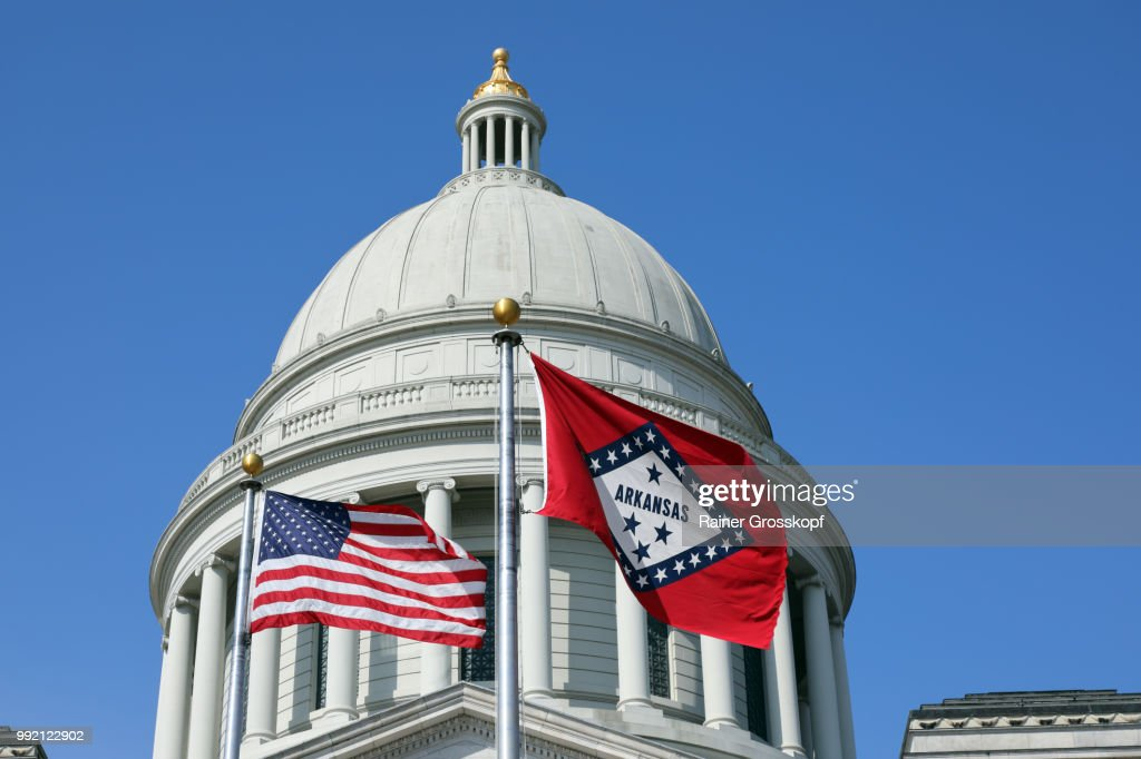 State Capitol von Arkansas with flags : Stock-Foto