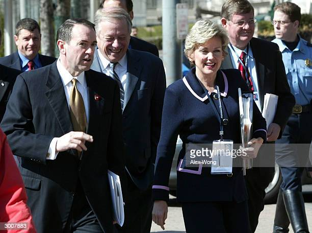 State Governors Mike Huckabee of Arkansas Phil Bredesen of Tennessee Jennifer Granholm of Michigan and Dave Freudenthal of Wyoming chat as they walk...