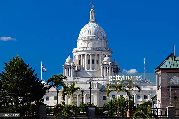 ri state house from waterplace park view - ロードアイランド州プロビデンス ストックフォトと画像