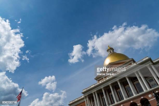 state house of massachusetts - lokales regierungsgebäude stock-fotos und bilder