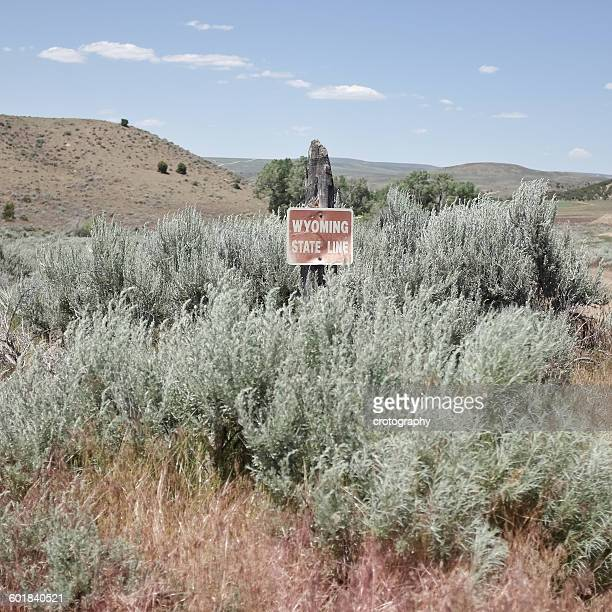state line sign, wyoming, america, usa - us state border stock photos and pictures