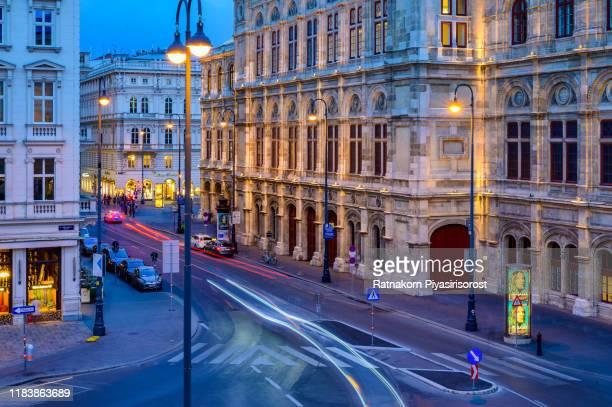state opera at sunset scene with traffic road light - vienna, austria - scène urbaine photos et images de collection