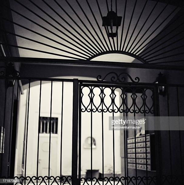 casa signorile ingresso-cancellata con vista sul cortile interno - ferro foto e immagini stock