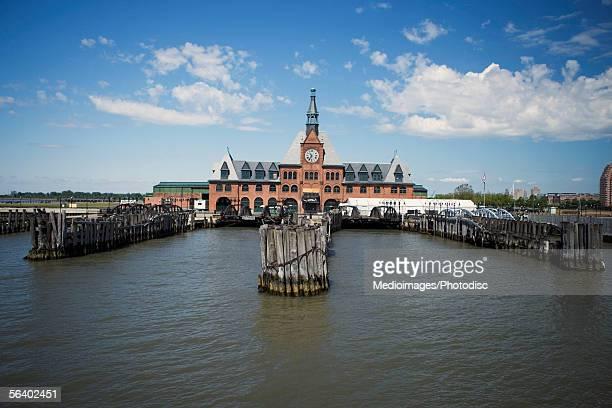 staten ferry island ferry building, new york city, ny, usa - ilha staten - fotografias e filmes do acervo
