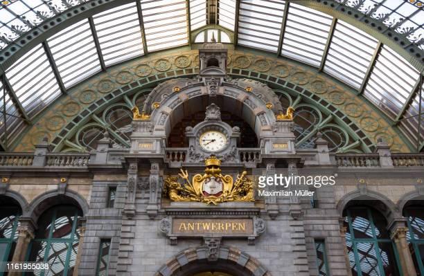 station clock, antwerpen-centraal railway station, antwerp, belgium - antwerpen provincie stockfoto's en -beelden