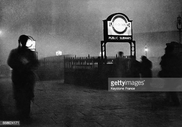 Station de métro londonienne prise dans le célèbre Smog le 29 novembre 1950 à Londres, Royaume-Uni.