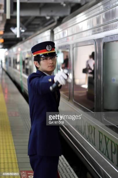 駅の従業員、信号をチェックする