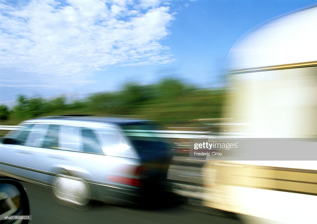 Station wagon with mobile home attached, blurred motion : Stockfoto