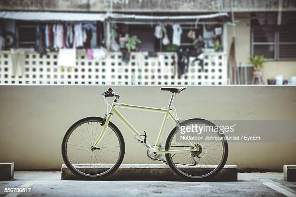 stationary bicycle in front of wall - bicycle parking station stock photos and pictures