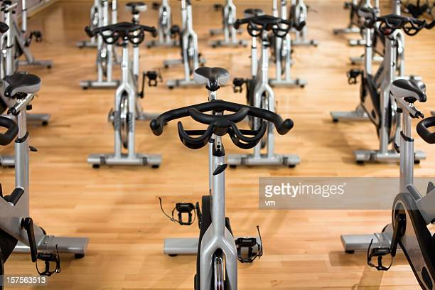 stationary exercising bicycles - spinning stockfoto's en -beelden