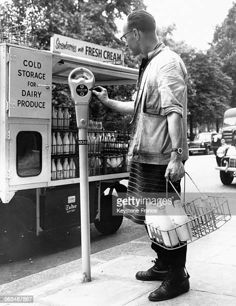 Stationnement payant pour la camionnette de livraison de lait à Mayfair Londres Angleterre au RoyaumeUni le 10 juillet 1958