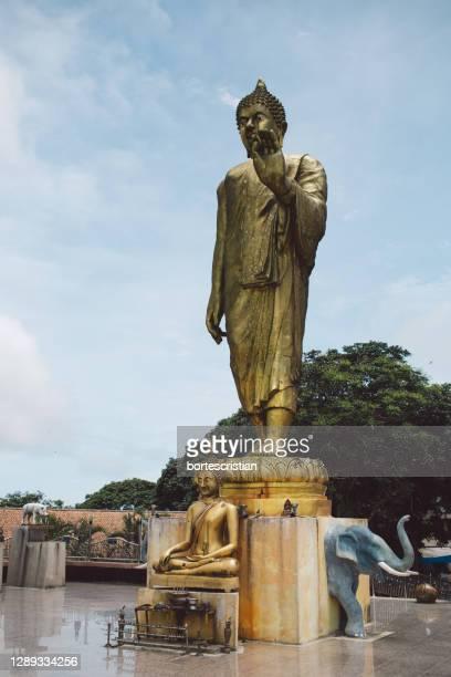 statue against sky - bortes imagens e fotografias de stock