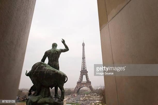 statue and eiffel tower - シャイヨー宮 ストックフォトと画像