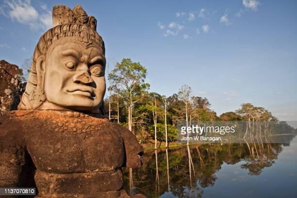statue at angkor wat temple complex, - hinduísmo - fotografias e filmes do acervo