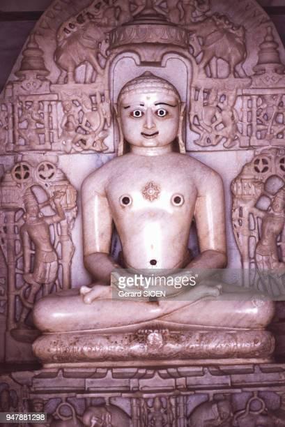 Statue d'Ajitnath dans l'un des temples jaïn de Dilwâra sur le mont Abu en 1985 au Rajasthan Inde
