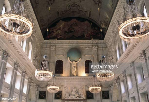 Statue d'Atlas dans la Burgerzaal palais royal d'Amsterdam, Pays-Bas.
