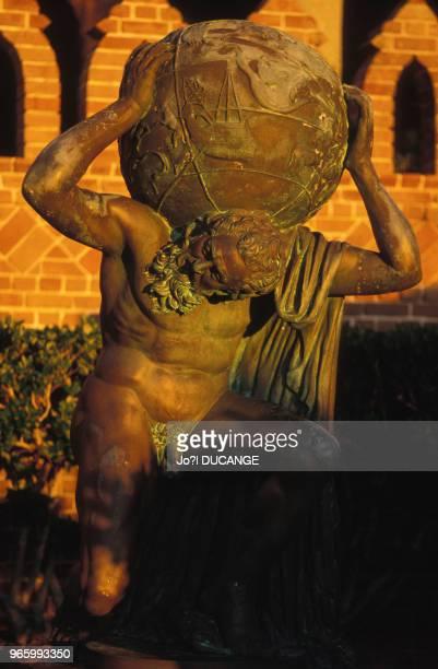 Statue d'Atlas devant le Ringling Museum of Art de Sarasota le 18 décembre 1989 en Floride EtatsUnis