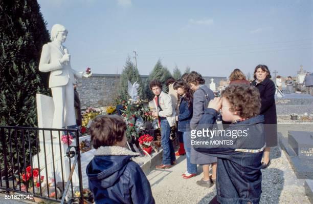 Statue de Claude François sur sa tombe au cimetière de Dannemois lors du 3e anniversaire de sa disparition en mars 1981 France