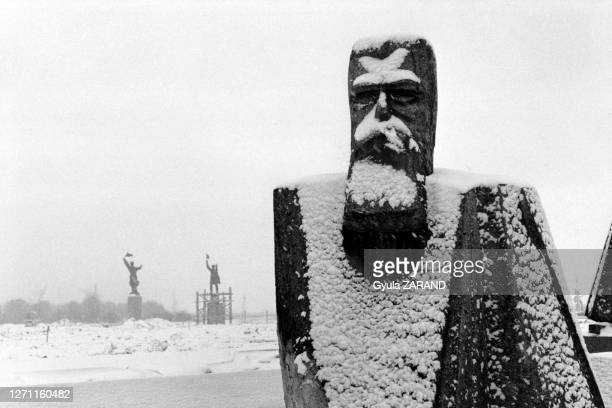 Statue de Friedrich Engels lors de l'exposition des statues retirées de la dictature communiste à Budapest, le 24 février 1993, Hongrie.